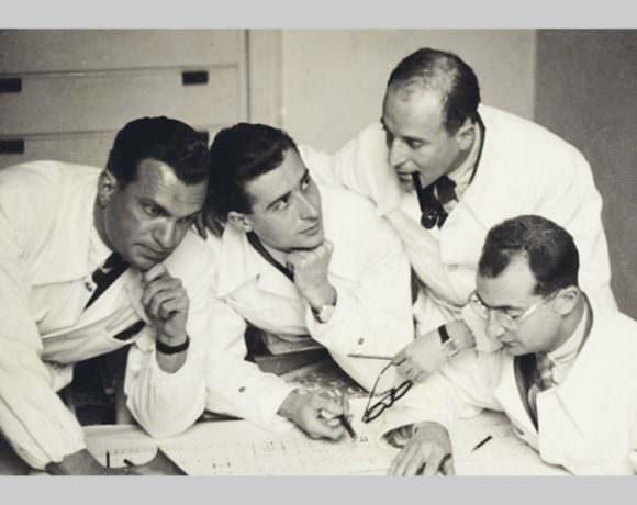 Nathan Rogers nello studio di architettura BBPR con i compagni di studi Gian Luigi Banfi, Lodovico Barbiano di Belgiojoso e Enrico Peressutti