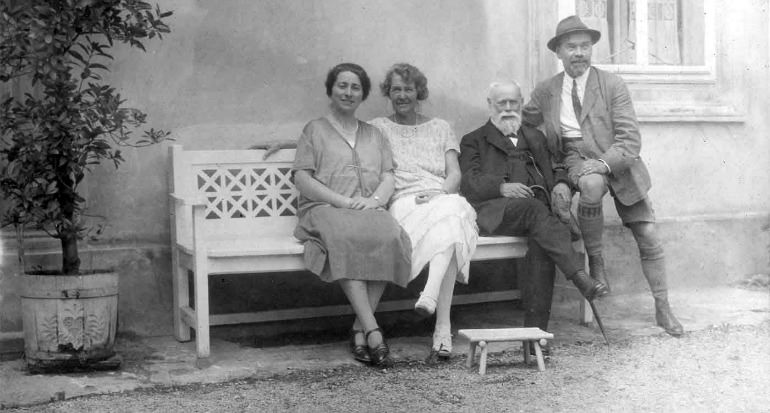 Victor and Martha Thonet with Victors father Jakob and a relative of Martha on a white bench (around 1927)
